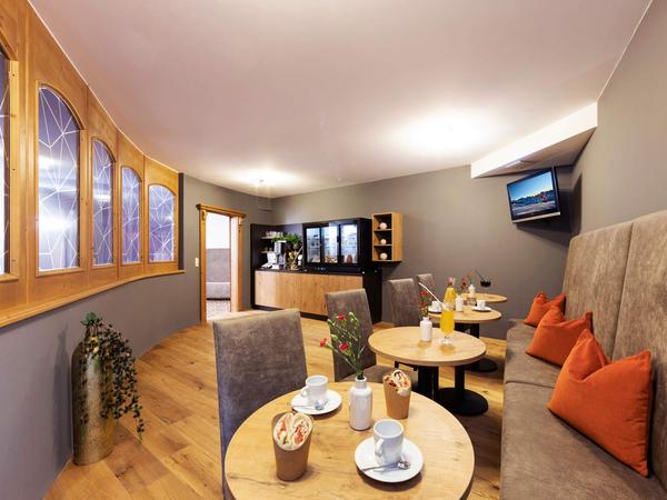 Polsterbank Trust   Sonderanfertigung in braun   Cafebereich im Hotel Seiblishof
