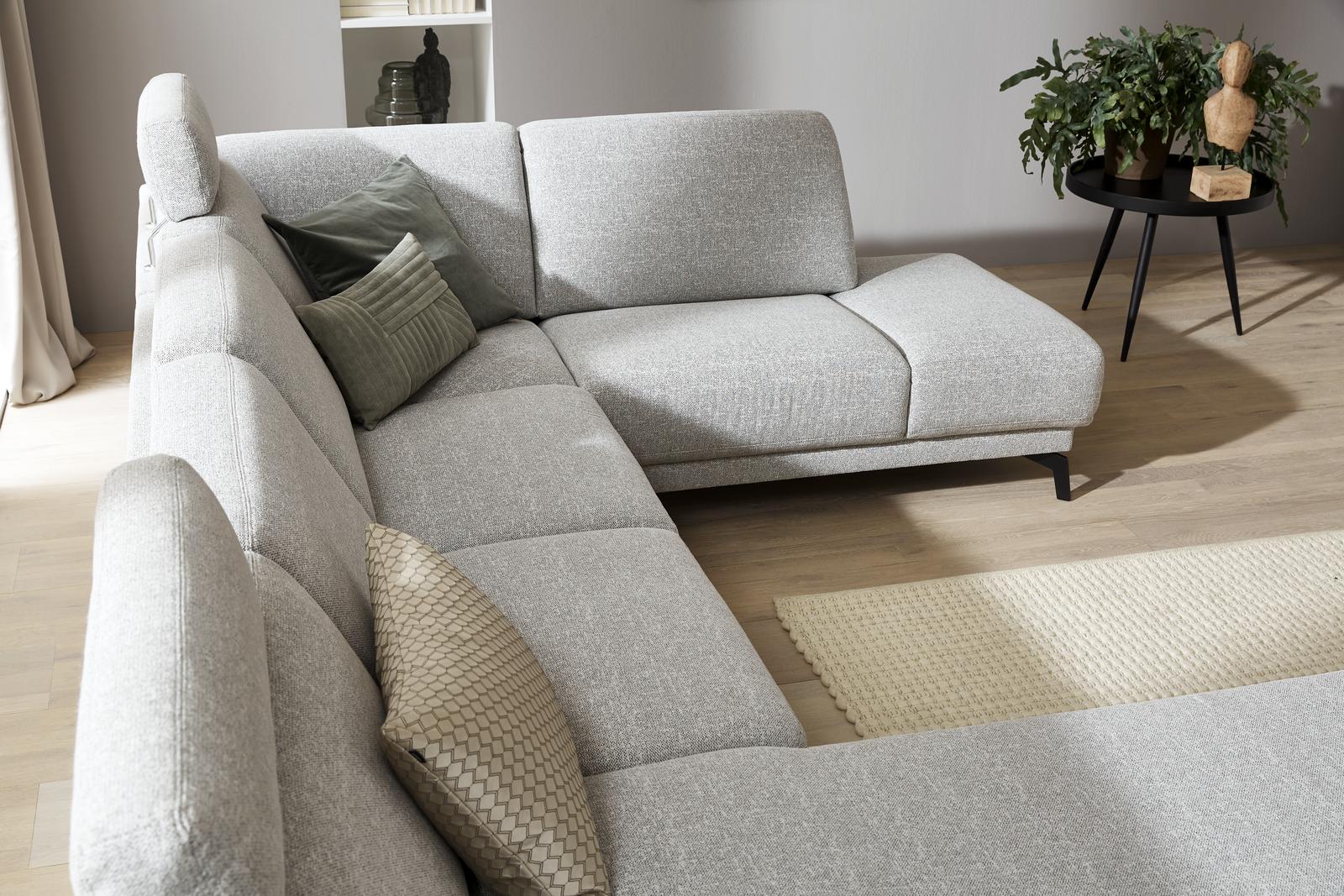 Sitzfläche eines beigen Sofas in U-Form