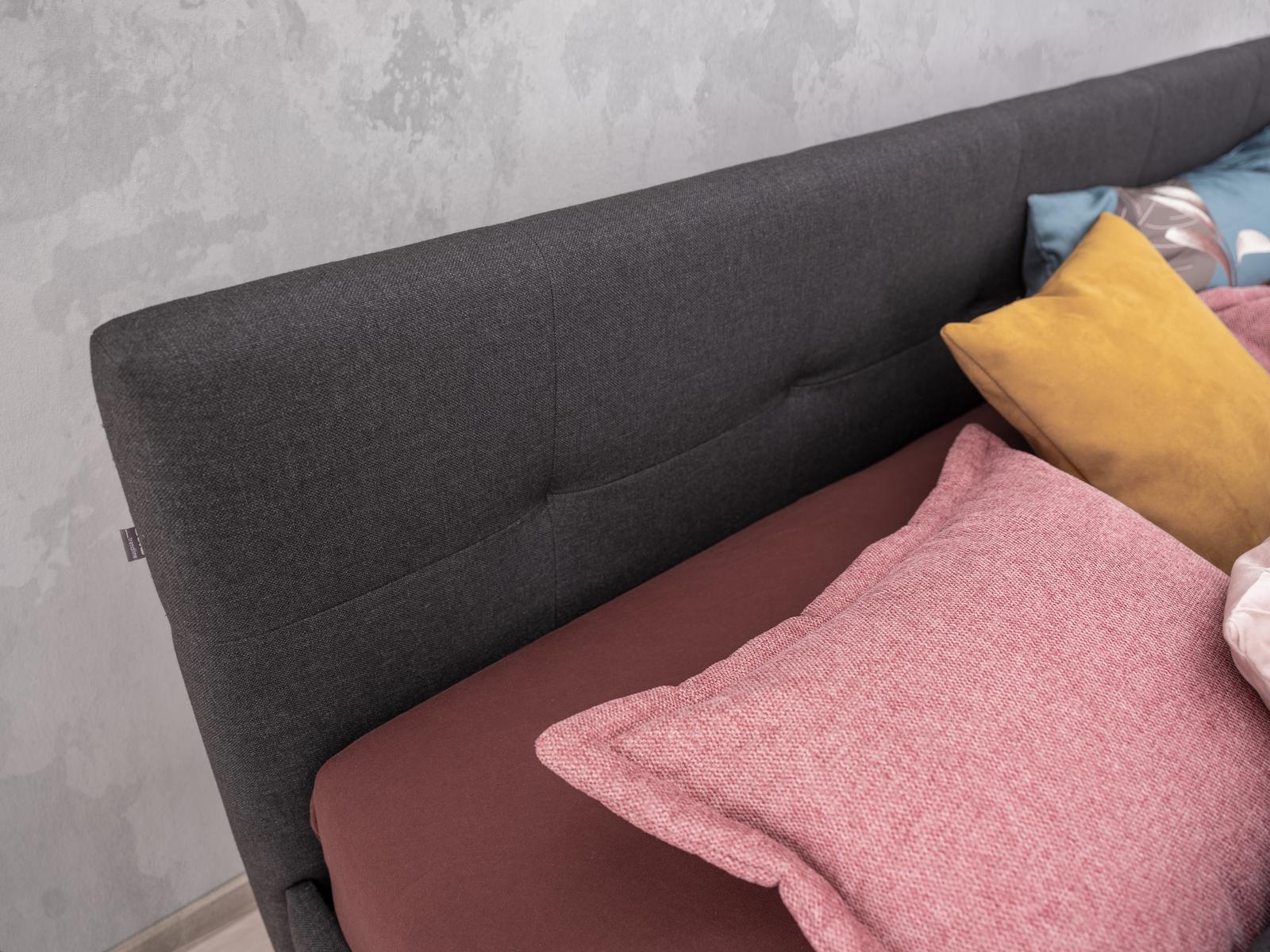Doppelbett Falco in grauem Stoff bezogen , bestehend aus einem Bettkasten und Kopfhaupt auf Holzfüßen, 180x200cm Partnermatratze auf 2 Lattenrosten und einer separaten Nachtkästchen
