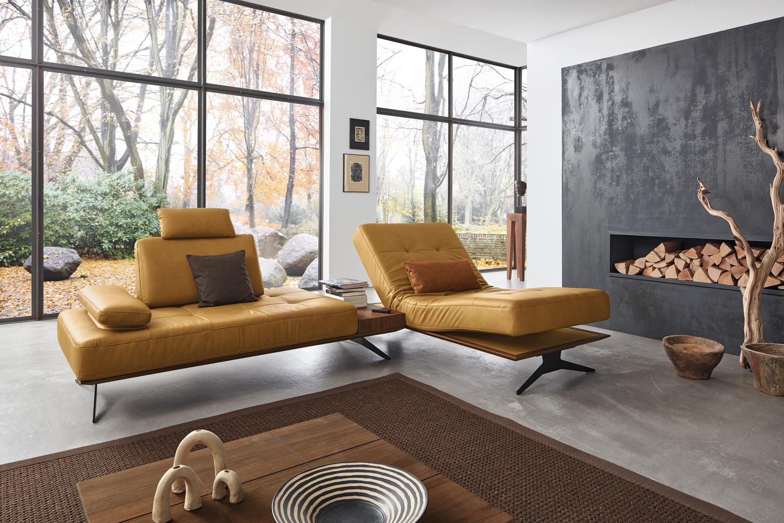 Ecksofa Verona in gelbem Leder mit integriertem Tisch, Relaxliege, Holzsockel und schwarzen Metallfüßen