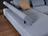 Detailbild von Sofa Roger in hellblauem Stoff und verstellbarer Armlehne.