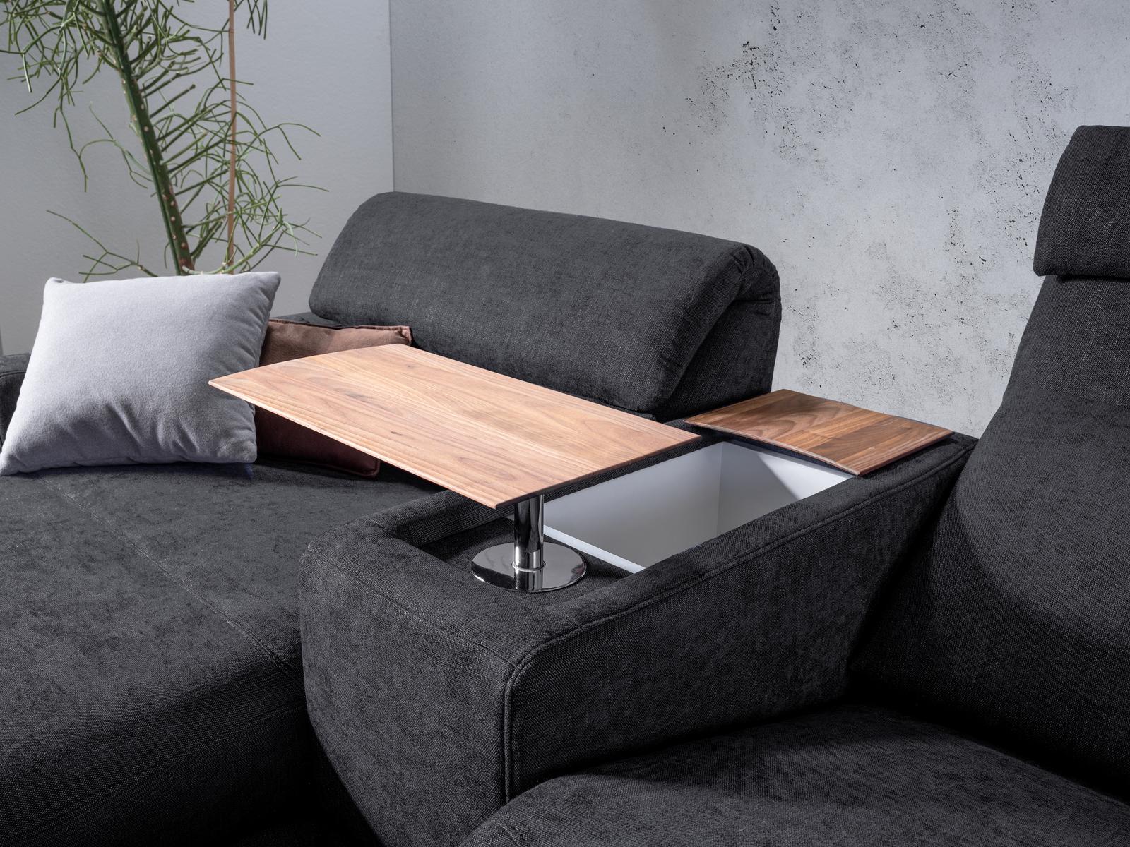 dunkelgraues Sofa mit schwenkbarem Tisch