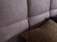 Bett in braunem Stoff, Knopfheftung im Kopfhaupt und motorisierter Kopf-Fuß Verstellung