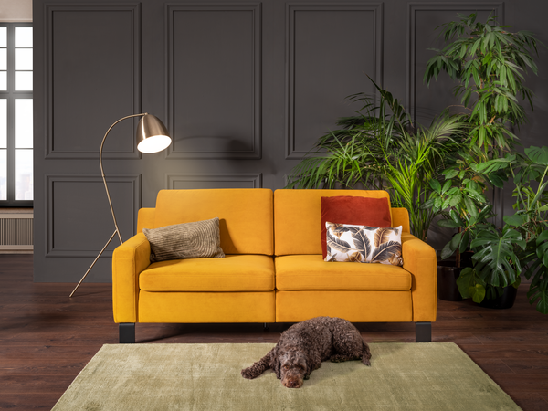 Sofa Hajo in gelbem Stoff mit Vorziehbank und schwarzen Metallfüßen.