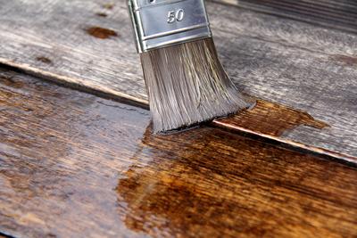 Pinsel der Holz streicht