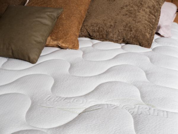 Bett mit hellgrauem Stoff, Wildkernbuche und Heftung am Kopfhaupt
