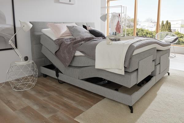 Bett in hellgrauem Stoff und motorisierter Kopf-und Fußverstellung