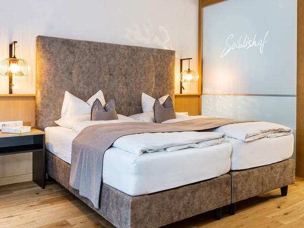 Hotelbett Silent mit Kopfteil Classic Panel Caro in grau   Hotelzimmer im Hotel Seiblishof