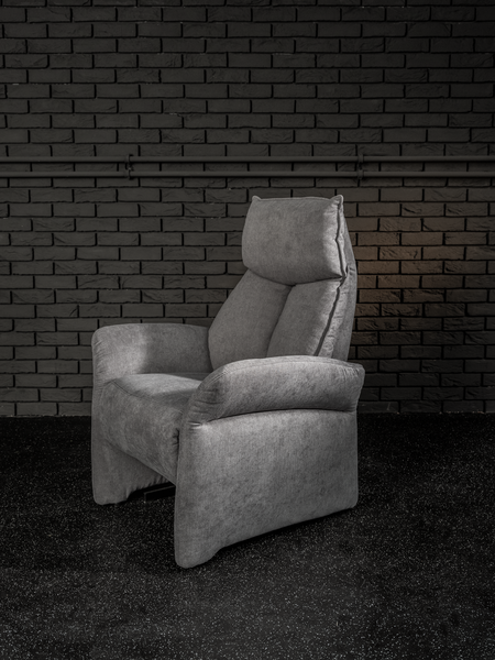 Sessel in dunkelgrauem Stoff mit elektrischer Aufstehhilfe