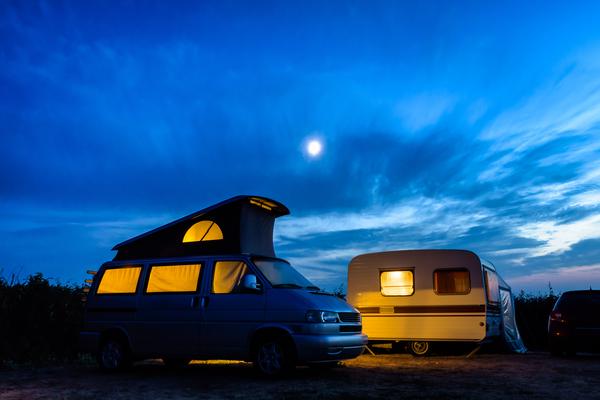 Landschaft mit Wohnmobil bei Nacht