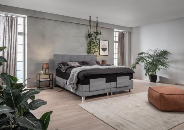 Bett mit grauem Stoff, Knopfheftung im Kopfhaupt und motorischer Kopf-und Fußverstellung