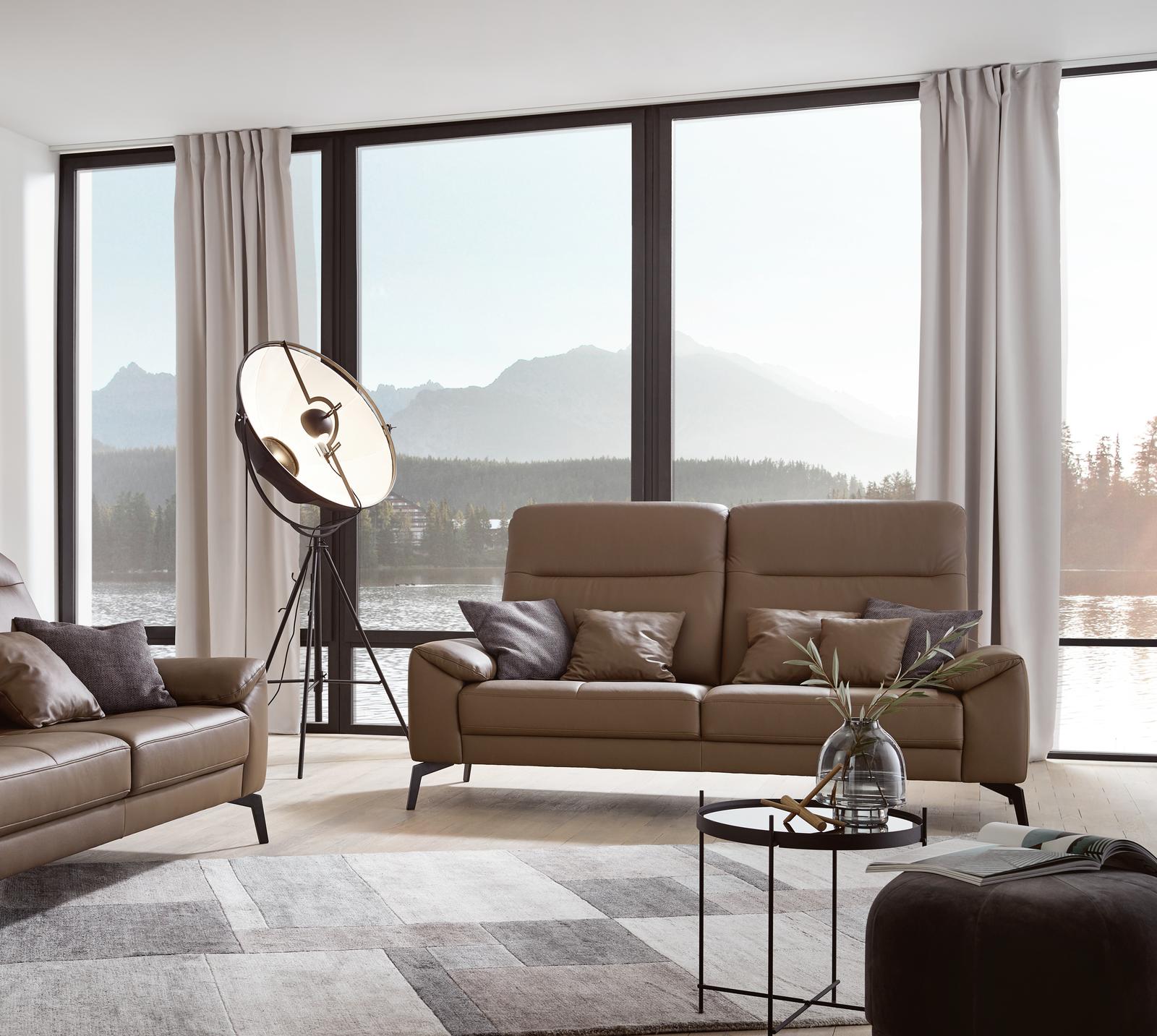 Sofa Wales in braunem Leder mit schwarzen Metallfüßen.