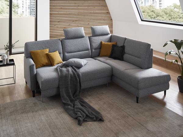 Ecksofa Messina in grauem Stoff mit Vorziehbank und schwarzen Möbelfüßen.