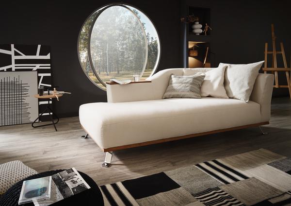 Freistehende Chaiselongue Tivoli in beigem Stoff mit Holzablage, Holzsockel und Metallfüßen.