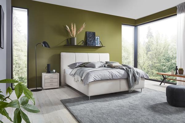 Bett Calabria mit geteiltem Bettkasten, Chromefüßen und Holzeinfassung im Kopfhaupt