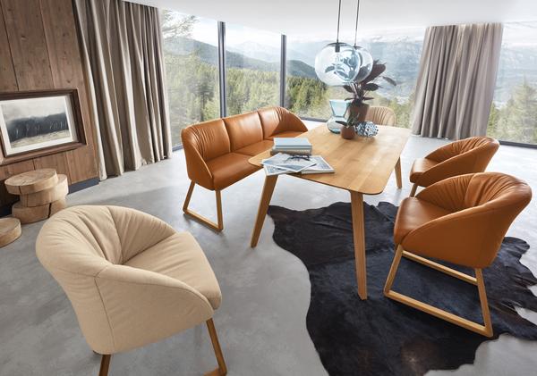Essgruppe Cliff mit Sesseln in beigem Stoff und orangem Leder inklusive Holzfüßen und Holztisch.