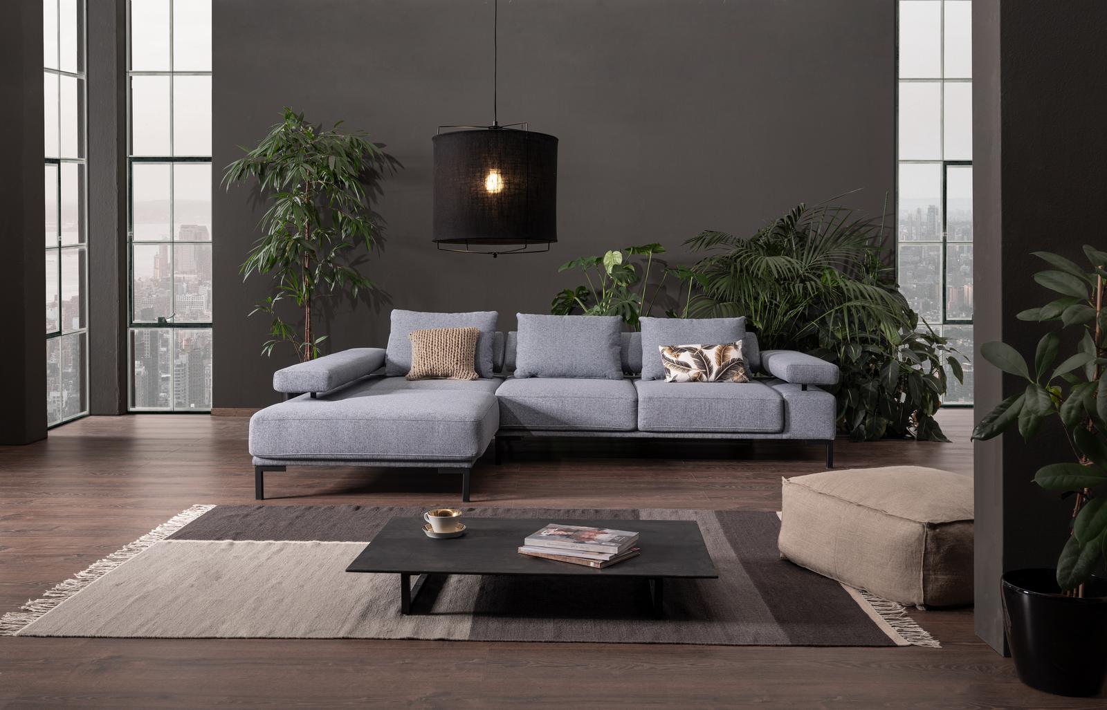 Sofa Roger in hellblauem Stoff mit Chaiselongue und verstellbarer Armlehne.