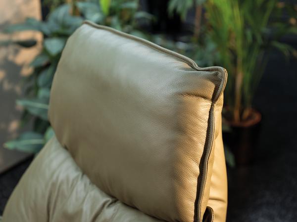 drehbarer grüner Ledersessel mit elektrischer Relaxfunktion und Holzelement