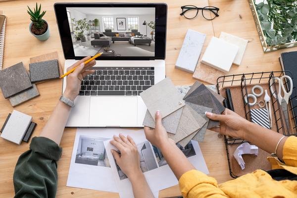 Möbelberatung mit Laptop und Farbmuster