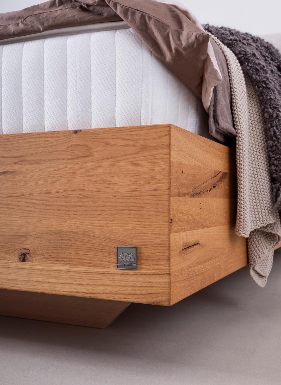 Boxspringbett mit Kopfhaupt in beigem Stoff und Knopfheftung, Boxunterbau in massivem Holz der Wildeiche