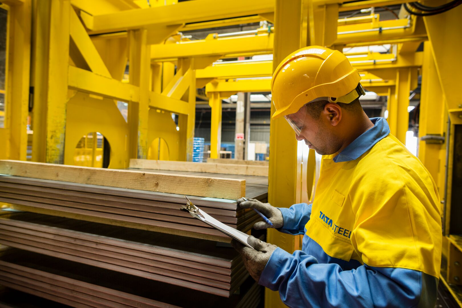 Decoiled steel sheet being inspected at the Maastrict Service Centre in Feijen.