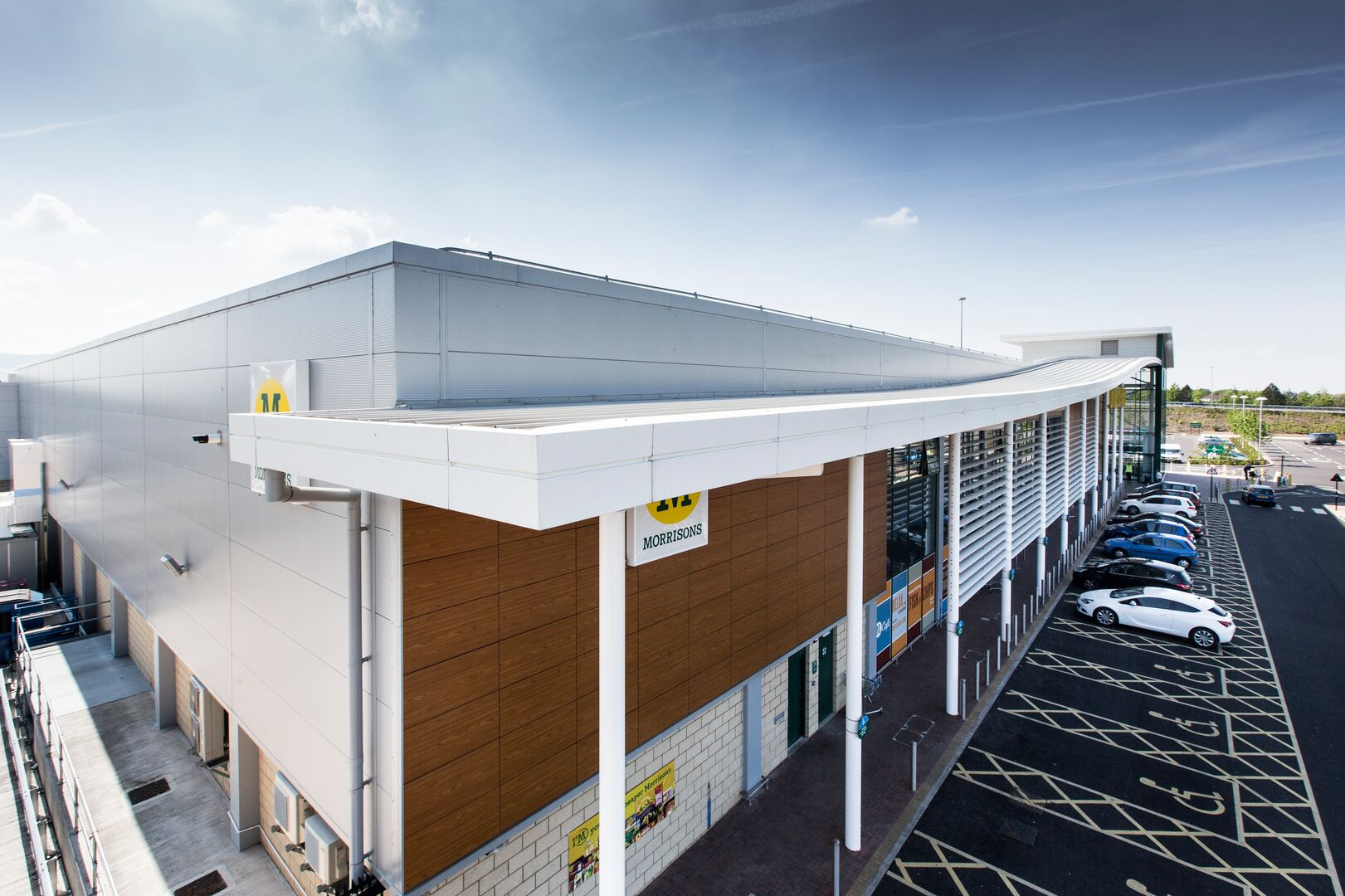 Supermarket with steel cladding covered by the Platinum Plus guarantee