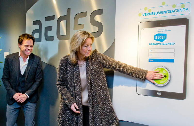 Minister Ollongren neemt Aedes-app Brandveiligheid in gebruik