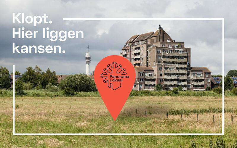 Flatgebouw uit de jaren '70 aan een stadsrand, met daarvoor het logo van Panorama Lokaal en de slogan: Klopt, hier liggen kansen