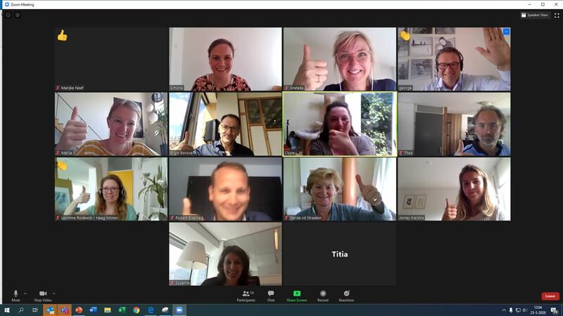 Een scherm met verschillende vakjes met daarin beelden van de webcam met daarop de deelnemers van de Zoom-workshop over de innovatieboost van 25 mei 2020 die hun duim opsteken
