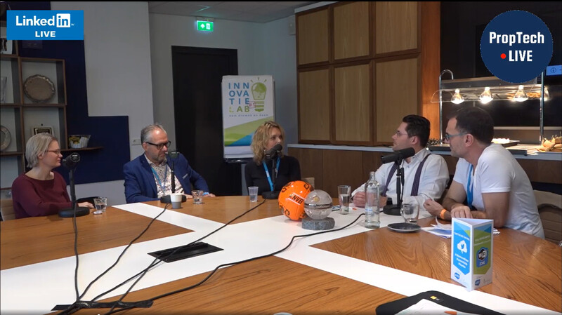 Maud Hoezen van de Alliantie (l), Bert Moormann, directeur van woningcorporatie Domesta in Emmen en Marieke Kolsteeg directeur-bestuurder van Waterweg Wonen in Vlaardingen zitten aan tafel bij Wouter Truffino en Ergin Borova (r) voor livepodcast Innovatielab #1 van Aedes