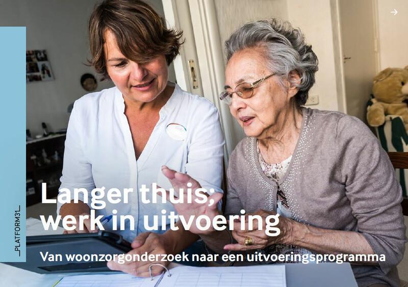 Cover van handreiking langer thuis woonzorgonderzoek met op de cover een vrouwelijke hulpverlener die samen met een oude vrouw iets zit te lezen.