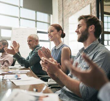 Gruppe som klapper under et møte