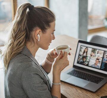 En kvinne som sitter i et online møte