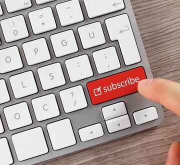 """Mann trykker på en rød knapp på tastaturet som sier """"subscribe"""""""
