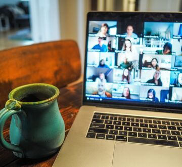 Kaffekopp ved en laptop