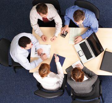 Gruppe med mennesker som jobber