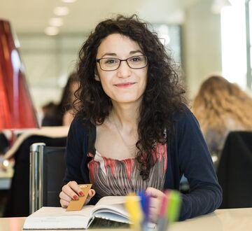 Smilende kvinnelig student