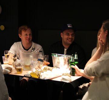 Studenter samlet rundt et bord