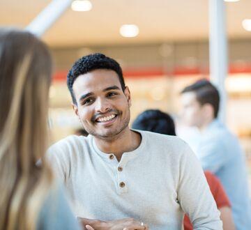 Smilende student