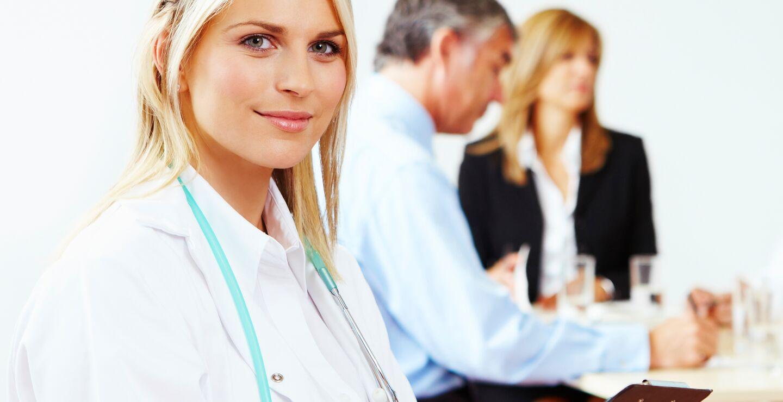 Kvinne med stetoskop