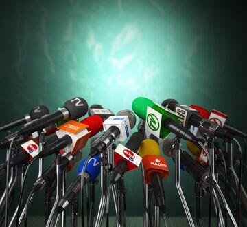 Bilde av mange mikrofoner fra forskjellige nyhetskanaler