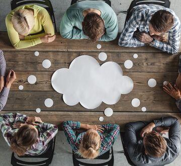 En gruppe som delere ideer under et møte