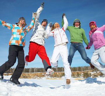Hoppende studenter med vinterklær