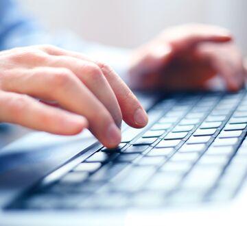 En person som skriver på et tastatur