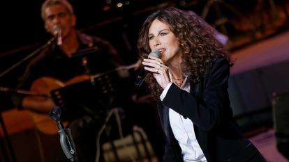 Eleftheria Arvanitaki singing on stage