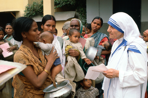 AEC4E4 Mother Teresa with mothers and children at her Mission in Calcutta India