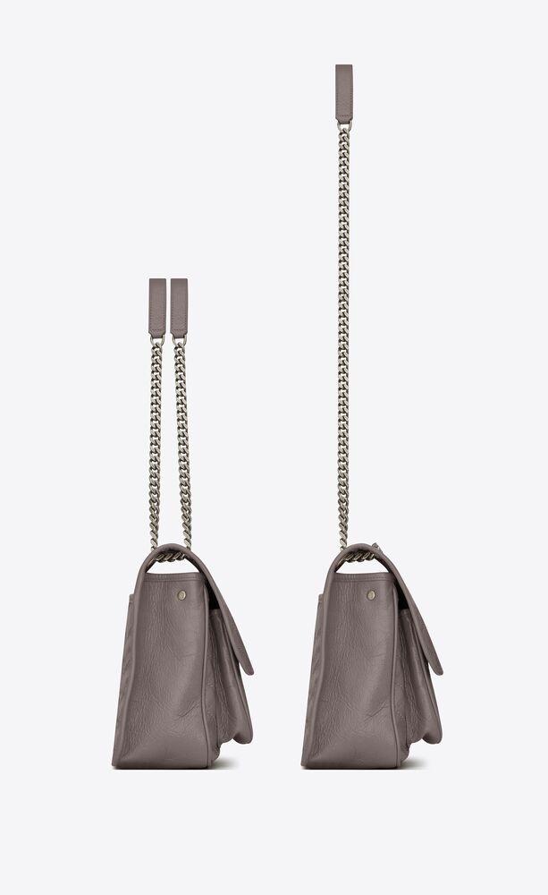 mittelgroße niki tasche mit schulterkette aus zerknittertem, grauen leder