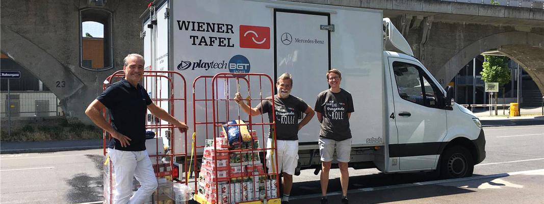 Martin Madlo übergibt Lebensmittel and die Wiener Tafel